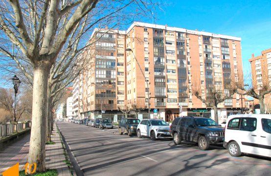 Vivienda de cuatro dormitorios con garaje en el centro
